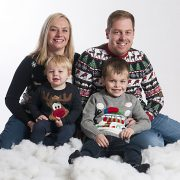 Family photo christmas jumpers in snow